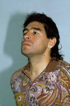 El Diego con estilos de pelo de las épocas Salah Liverpool, Diego Armando, Most Popular Sports, Fifa World Cup, Superstar, Athlete, Soccer, Football, American