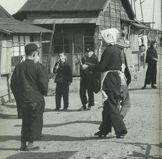 """戦前~戦後のレトロ写真さんのツイート: """"1955年(昭和30年)。帰り際におでんを食べてる中学生。場所は東京の深川。 チビ太が食べてそうなおでんですね。ではおやすみなさい。… """""""