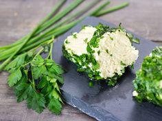 Aprende a hacer un delicioso queso rulo de anacardos con hierbas frescas. Es un queso vegano que que prepara muy rápidamente y tiene un sabor delicioso.