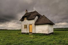small house - What is this little house's story? Marguerite Duras, Yellow Doors, Cabins And Cottages, Cozy Cottage, Irish Cottage, Old Buildings, Little Houses, Abandoned Places, Old Houses
