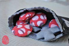 Le célèbre jeu du morpions ou encore tic, tac, toe revisité en version textile. Le jeu est composé dun tapis de jeu qui se plie et se ferme avec une pression, de 10 pions (cercles et croix) en tissus. Il se range dans sa pochette assortie. Tissus en coton noir, pions couleur chambray gris et pois rose corail. Taille du tapis de jeu : 20 x 27 cm. Taille de la pochette de rangement : 19 x 23 cm. Petite étiquette le jeu du tic tac toe Jeu à emporter partout, pour petits et pour plus grands.