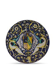 TONDINO  DERUTA, JACOPO MANCINI DETTO IL FRATE O NICOLA FRANCIOLI, 1530-1540 CIRCA  Maiolica decorata in policromia con blu, arancio, verde rame, giallo antimonio su smalto bianco crema.  Alt. cm 4, diam. cm 23,3, diam. piede cm 7.