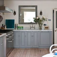 Looking for grey kitchen ideas? If you're looking for an alternative to white kitchen units, you can't go wrong with grey cabinetry and grey kitchen tiles Grey Painted Kitchen, Grey Kitchen Walls, Wood Floor Kitchen, Grey Kitchen Cabinets, Painting Kitchen Cabinets, Kitchen Paint, Kitchen Redo, Kitchen Ideas, Kitchen Remodel