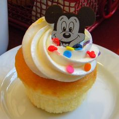 Chef Mickey's Birthday Cupcake Disney World Tips And Tricks, Disney Tips, Disney Food, Disney Stuff, Disney Desserts, Disney Snacks, Free Birthday Gifts, 30th Birthday, Birthday Parties