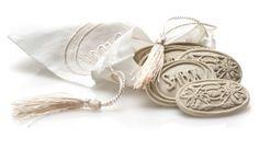 Spray wat van de Aroma Scent op de steentjes (6 stuks) en leg ze in het zakje in uw kast of auto. De Aroma Scented Stones verspreiden op subtiele wijze de heerlijk verfrissende geur.