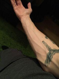 Aesthetic Body, Bad Boy Aesthetic, Aesthetic Tattoo, Hand Tattoos For Guys, Boy Tattoos, Tattoo Boy, Pretty Hands, Beautiful Hands, Veiny Arms