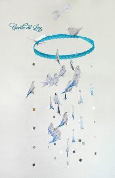 Delicado móbile de passarinhos origami em papel estampado que decora e ao mesmo tempo traz um clima da natureza ao ambiente, ao quarto infantil,  ou outro ambiente da casa..   - Os olhinhos são em cristal e ao redor dos pássaros leves brilhos espelhados. - Diâmetro do aro é de 30 cm, com 73 cm de comprimento. - Escolha acima opção de estampas, ou cores lisas. R$ 110,00