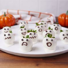 100 Creepy Halloween Food ideas that looks disgusting but are delicious - Hike n Dip Make your Halloween Party special with these Creepy Halloween food ideas. These Halloween food recipes look scary but are delicious & perfect for party. Halloween Desserts, Bolo Halloween, Postres Halloween, Creepy Halloween Food, Theme Halloween, Hallowen Food, Halloween Party Snacks, Halloween Appetizers, Halloween Celebration
