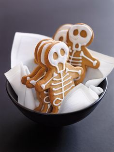 Spooky and delicious Halloween treats, ranging from Dracula Dentures to Cobweb Cakes, Gingerbread Skeleton Houses to Ghost Cookies. These adorable desserts are perfect for your fright night party this Halloween, and so easy - its scary! Bolo Halloween, Postres Halloween, Halloween Baking, Halloween Food For Party, Halloween Desserts, Easy Halloween, Halloween Skeletons, Halloween Biscuits, Halloween Drinks