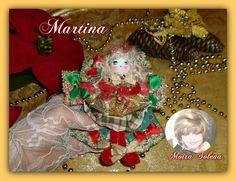 MARTINA...bambolina decorativa sostenuta da un fiocco. Martina dispone di un intero guardaroba..ora indossa l'abito del Natale ...ma per ogni festa ed evento esibirà abitini diversi e fantasiosi.