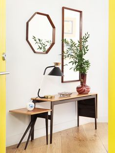 Muebles, lámpara y espejos, de Reno Hallway Decorating, Entryway Decor, Home Depot, Sweet Corner, Duplex, Office Desk, Minimalism, Sweet Home, Home And Garden