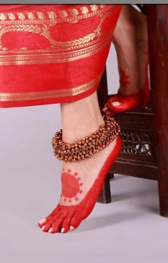 Golden Ghungroo Lambani Anklet Traditionally, the Lambani women folk wear jewelry made out of copper, white metal and silver. Trying to revive the traditional lambani jewelry we have curated a collection of 22 carat gold and silver plated anklets. Bengali Wedding, Bengali Bride, Indian Bridal, Anklet Jewelry, Wedding Jewelry, Feet Jewelry, Sarees For Girls, Foot Henna, Anklet Designs