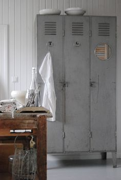 Vintage lockers used as kitchen storage. Industrial House, Industrial Chic, Industrial Furniture, Home Furniture, Industrial Lockers, Kitchen Industrial, Kitchen Wood, Vintage Industrial, Vintage Lockers