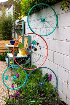 Love this idea to cycle old bicycle wheels as garden art! Old Bicycle, Bicycle Art, Old Bikes, Bicycle Wheel, Bicycle Rims, Diy Garden Decor, Garden Crafts, Garden Projects, Recycled Garden Art