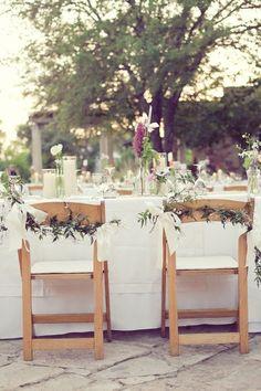 Me encanta la decoración de las sillas, me lo apunto para nuestra boda.