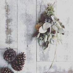 主にクリスマスの伝統的な飾りとして、リースとともに人気です。スワッグに使われるモミなどの針葉樹は、冬でも常緑のため、西洋では生命の象徴として魔よけの意味も。