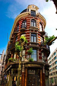 Het modepaleis is gelegen in het hartje van de Antwerpse modewijk. Hier kan of mag je als echte modeliefhebber niet zomaar voorbij lopen.