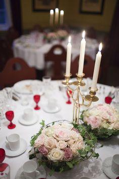 décoration de table mariage -centre-table-romantique-roses-chandelier