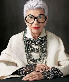 Iris apfel, mature women fashion, womens fashion, advanced style, world o. Iris Fashion, Boho Fashion, Vintage Fashion, Fashion Jewelry, Womens Fashion, Irises, 50 Y Fabuloso, Yasmina Rossi, Rare Birds