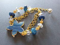 Bracciale con agata azzurra, cristallo di rocca e stella in agata, montato con catena e componenti in metallo coloro oro. Realizzazione artigianale.