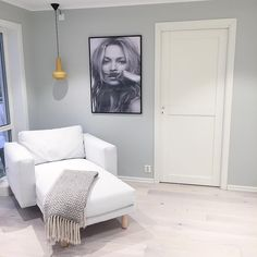 Se dette Instagram-bildet fra @ stollen_67 • lys antikkgrå Room Wall Colors, Light Grey Walls, Interior And Exterior, Interior Design, Modern Kitchen Design, Room Paint, Sweet Home, Living Room, Lady