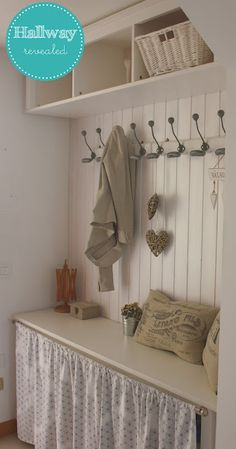 If you like a Shabby Chic or Country style Hallway can fit in some seating storage, this arrangement may be just the ticket. Shabby Home, Shabby Chic Kitchen, Interior Design Living Room, Living Room Designs, Ikea Trones, Interior Design Tips, Interior Decorating, Diy Home Decor, Room Decor