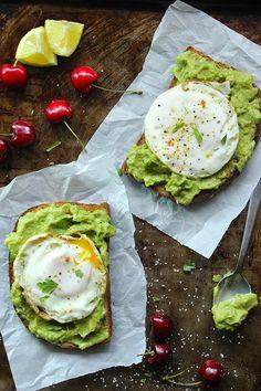 Image result for tosta com guacamole e ovo escalfado