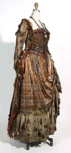 "From ""Pirates of the Caribbean: Dead Man's Chest"" worn by Naomie Harris as Tia Dalma design by Penny Rose Pirate Garb, Pirate Dress, Larp, Voodoo, Movie Costumes, Halloween Costumes, Pirate Costumes, Tia Dalma, Maquillage Halloween"