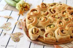 Torta di rose con zucchine e prosciutto, un lievitato sfizioso e semplice da preparare che vi stupirà! La ricetta, viene realizzata con un impasto di pan brioche morbido e fatto lievitare bene, farcito con zucchine fritte, fette di prosciutto cotto e goloso formaggio a pasta filante! Inoltre, le zucchine, conferiscono.