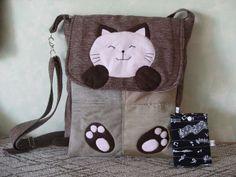 """Bolsa """"gatinho, em tecido de tapeçaria matelassada, alça transversal. aplicação em feltro de polyester"""
