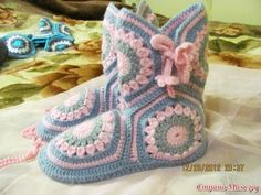 Easy Crochet Slippers, Crochet Slipper Pattern, Crochet Baby Sandals, Crochet Boots, Crochet Flower Patterns, Crochet Designs, Knit Crochet, Free Crochet, Crochet Abbreviations