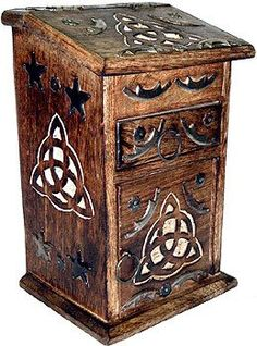 Triquetra carvings
