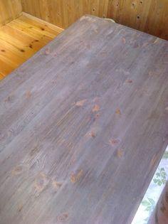 pöydän pinta käsitelty etikka-teräsvilla seoksella