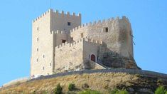 Vacation Hotel in Curiel de Duero. Small Castles, Scotland Castles, Beautiful Sites, Travel Oklahoma, Fortification, Spain And Portugal, Medieval Castle, Stone Houses, Romanesque