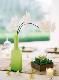 Simple tropical centerpiece idea.  Love the burlap runner w this table.