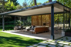 Porche de hierro, madera y cristal