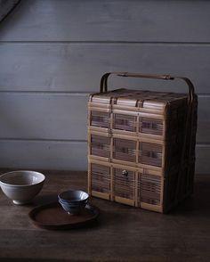 二種の竹で編まれた角物籠。中央に赤い紐が掛けられていて、愛用の茶器や道具を容れる籠として使われてきたようです。竹も飴色に育った昭和後半頃のもの。 #角物 #竹籠 #茶籠 #弁当箱hondakeiichiro
