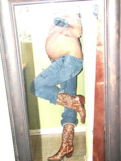 THIS is how you can do baby bump pics classy and not Springfield trashy.