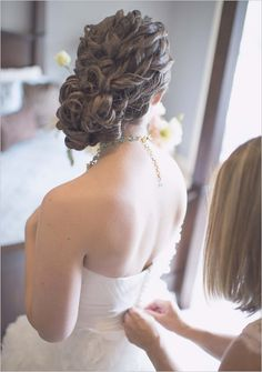 mind blowing curly wedding updo! #curls #Iwantthat #updo #weddinghair http://www.weddingchicks.com/2013/11/15/chalkboard-sign-wedding/