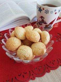 Aceste fursecuri sunt delicioase, aroma cocosului fiind foarte iubită de cei mici, care se furișează și servesc pe săturate. Deobicei dublez ingredientele pentru a le servi si a 2 zi . Ingrediente … Dog Food Recipes, Cake Recipes, Dessert Recipes, Cooking Recipes, Dessert Ideas, Jacque Pepin, Romanian Food, Food Cakes, Cupcake Cookies