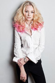 Cheveux blonds avec pointes roses