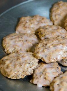 Einfach mal was ANDERES! Dieses Rezept stammt wieder aus einem etwas älteren Sammelordner unserer Konditorei. Unser Konditor Gerhard Hopfinger hat es entdeckt und für sie ausprobiert. Das Ergebnis: Allen Testessern - in diesem Fall unsere Mitarbeiter - haben die Kekse hervorragend geschmeckt. Biscuit Cookies, Biscuit Recipe, Cake Cookies, Sweets Cake, Dessert Bread, Cookie Time, Bread Bun, Konfekt, Biscotti