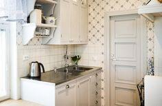 Ensimmäisessä kuvassa Vanhanajan keittiöiden suloinen Justiina-keittiö.  Ymmärtääkseni Vanhanajan keittiöt eivät perusmalleissa tee koko kaappia puusta, mutta Justiinassa on kyllä tyyli kohdillaan.