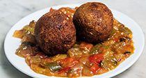 """¡En el """"Restaurante El Estragón Vegetariano"""" han preparado estas """"Albóndigas de Soja con Pisto"""" tan sabrosas para la ruta #DevoraTapas Castizas!  Ingredientes: albóndigas vegetarianas con soja, cereales, legumbres, gluten de trigo; acompañadas de pisto.  ¡No te las pierdas!"""