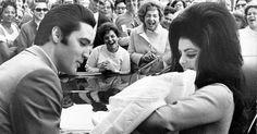 Elvis Presley och hans dotter sjunger klassikern tillsammans. Resultatet?…