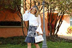 Marina Casemiro » Look: blusa manga sino + decote costas + saia azul estampada + tamanco metalizado!