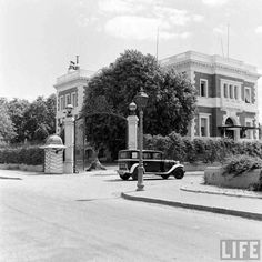 Cairo streets scene, circa by Life Magazine Vintage Pictures, Old Pictures, Old Photos, Old Egypt, Ancient Egypt, Egypt Civilization, Grey Wallpaper Iphone, Kairo, Vintage Architecture