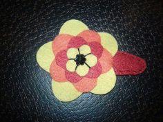 Enfeite de cabelo - flor de feltro em tic-tac