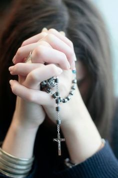 Young woman praying the rosary. Cute Girl Photo, Beautiful Girl Photo, Praying Hands With Rosary, Rosary Bead Tattoo, Girl Hand Pic, Cute Girl Wallpaper, Cross Wallpaper, Baby Wallpaper, Pictures Of Jesus Christ