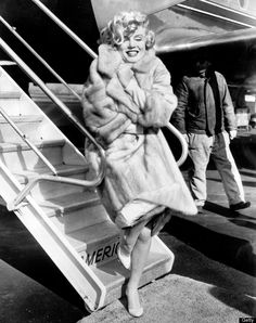 NEW YORK CITY, UNITED STATES: American actress Marilyn Monroe poses in 1959 for the photographers at La Guardia Airport before to fly to Chicago, for the presentation of her film 'Some like it hot'. (Photo credit should read STR/AFP/Getty